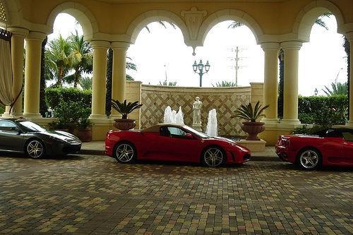 машины возле отеля Аквалина